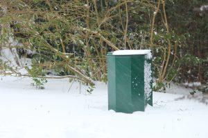 Vuilnisbak in de sneeuw
